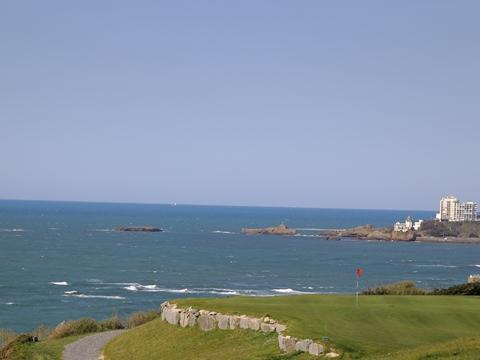 vue du trou no 2 centre international d'entraînement au golf d'ilbarritz : Biarritz et rocher de la vierge